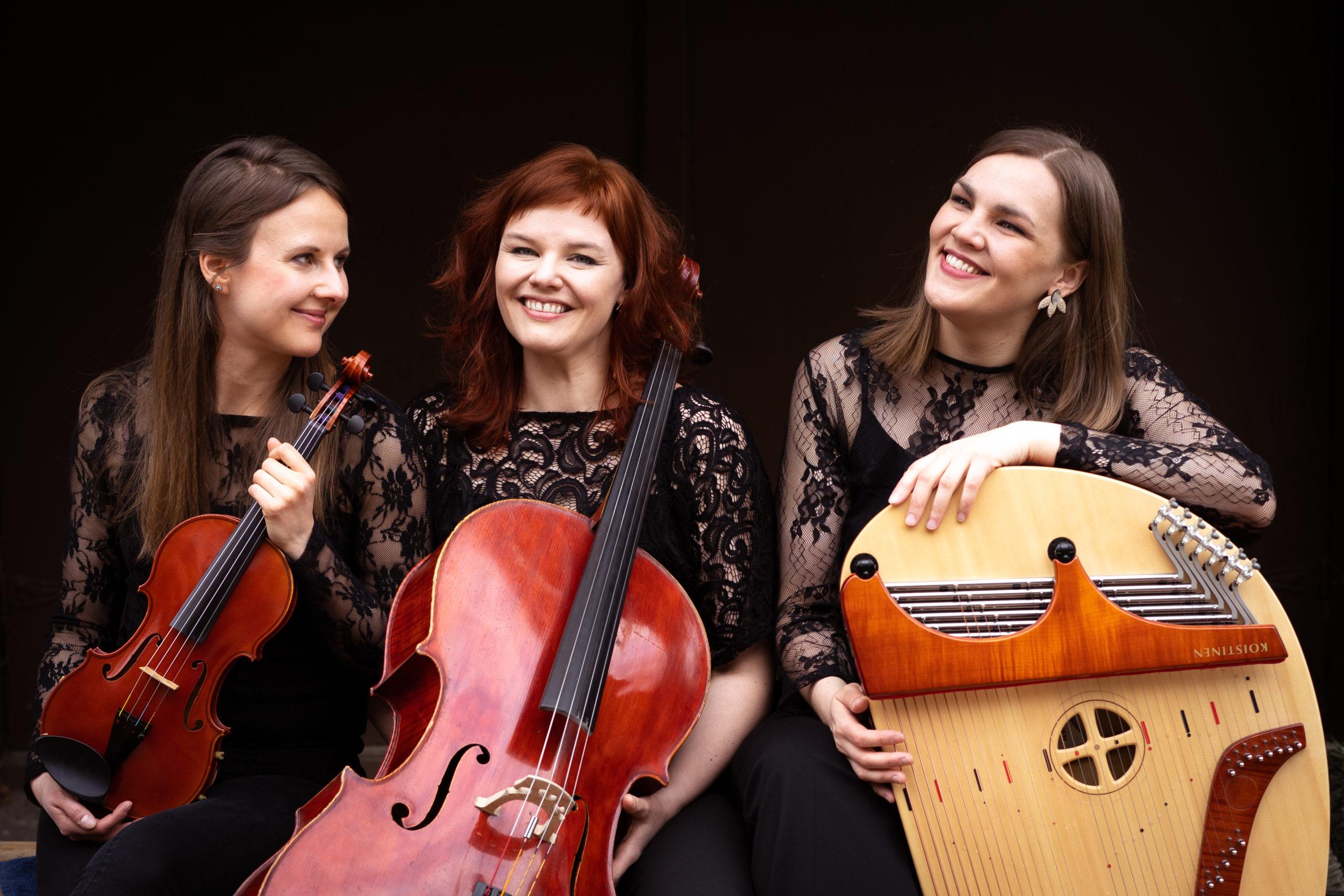 Muotokuvaus: kolmen klassisen muusikon trio. Soittimet: viulu, sello ja kantele.